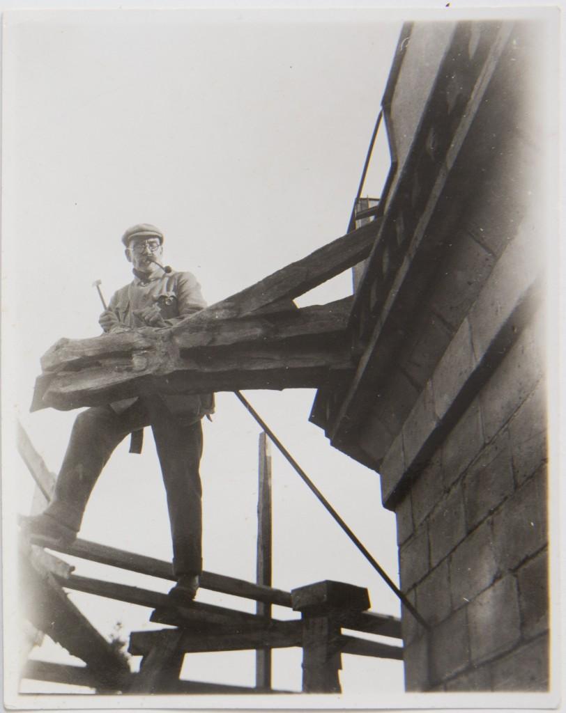 Akseli Gallen-Kallela työstää lohikäärmepäistä vedenheittäjää Tarvaspään tornissa 1927. Kuva: GKM
