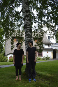 Erämaan kätköss -esityksen näyttelijät Eveliina Heinonen ja Janne Puustinen Tarvaspään puistossa. Kuva: GKM