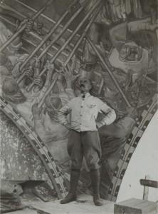 Akseli Gallen-Kallela Kansallismuseon freskojen maalaustelineellä, taustalla Sammon puolustus. 1928. Gallen-Kallelan Museo. Kuva: Gallen-Kallelan Museo.