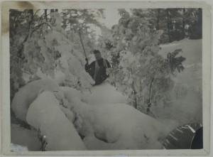 Mary Gallen-Kallela hiihtää Malmilla 1890. Kuva: GKM