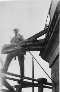 Akseli Gallen-Kallela työstää Tarvaspään lohikäärmeen muotoista vesikourua 1927 - 1928. Kuva: Gallen-Kallelan Museo