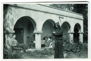 Akseli Gallen-Kallela Tarvaspäässä munkinkaavussa, taustalla Jorma Gallen-Kallela, Aina Slöör, Mary Gallen-Kallela, 1928. Kuva: Kirsti Gallen-Kallela / GKM