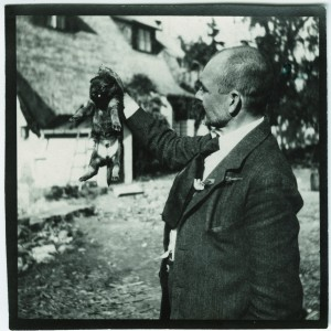 Akseli Gallen-Kallela holding a puppy, 1914. Photo: GKM