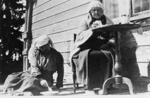 Mary Gallen-Kallela ja hänen äitinsä Villa Linuddin katolla. Kuva: GKM