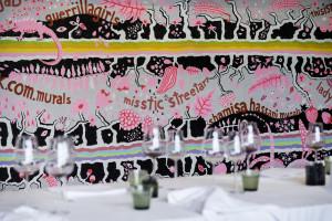 Viva Granlund: Othervoices, 2016, akryyli seinälle. Etualalla Nina Backmanin installaatio Hiljainen ateria. Kuva: Marja Helander.