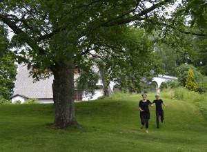 Erämaan kätkössä -esityksen näyttelijät Eveliina Heinonen ja Janne Puustinen Tarvaspään puistossa. Kuva: GKM