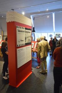 Yleisöä näyttelyssä Takaisin Karjalaan - Caj Bremer Neuvosto-Karjalan runokylissä. Kuva: Gallen-Kallelan Museo / Jarkko Mäki-Kojola