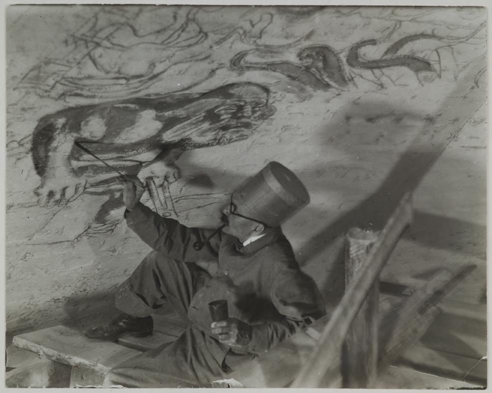 Akseli Gallen-Kallela maalaa Kansallismuseossa freskoa Sammon taonta. 1928. Kuva: GKM